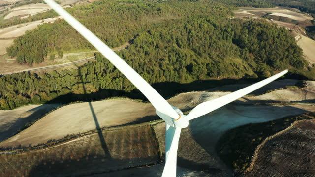 primo livello di una turbina eolica - generator video stock e b–roll