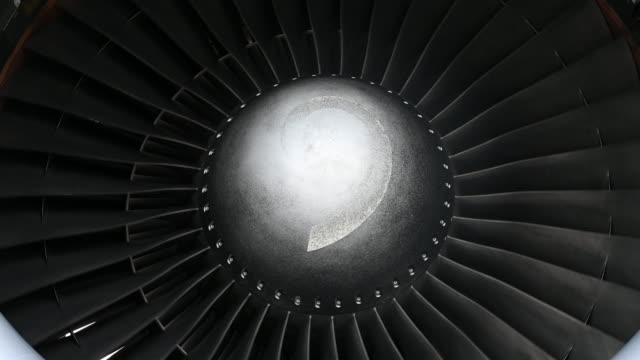 close-up turbine engine - motore d'aeroplano video stock e b–roll
