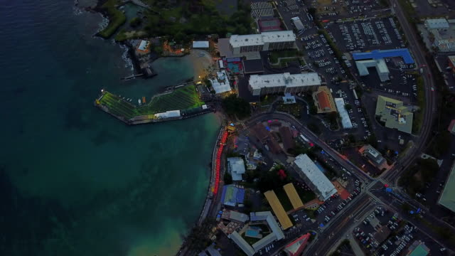 stockvideo's en b-roll-footage met close-up twilight aerial view of kailua-kona bay, hawaii, usa - het grote eiland hawaï eilanden