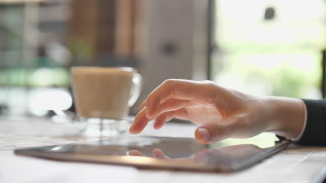 Nahaufnahme mit digital-Tablette für Marktforschung analysieren auf Digital tablet