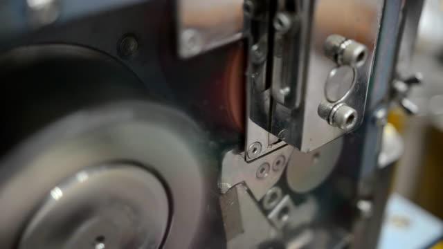 närbild: använda kvarnen för att skära plast extrudering till form plast pellets