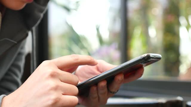 スマートフォンを使用してクローズアップ - hitting点の映像素材/bロール
