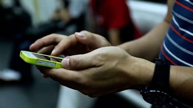 vídeos y material grabado en eventos de stock de primer plano con smartphone en tren - esmalte de uñas rojo