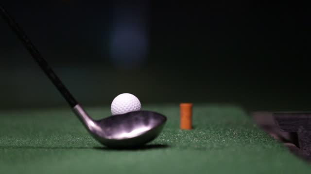 ゴルフボールを打つゴルファーのクローズアップビデオ - ストーブ点の映像素材/bロール