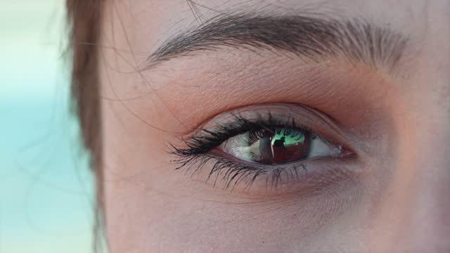 vídeos de stock, filmes e b-roll de vídeo de close-up da linda mulher hazel eye com cílios longos extremos. ao ar livre - olhos verdes