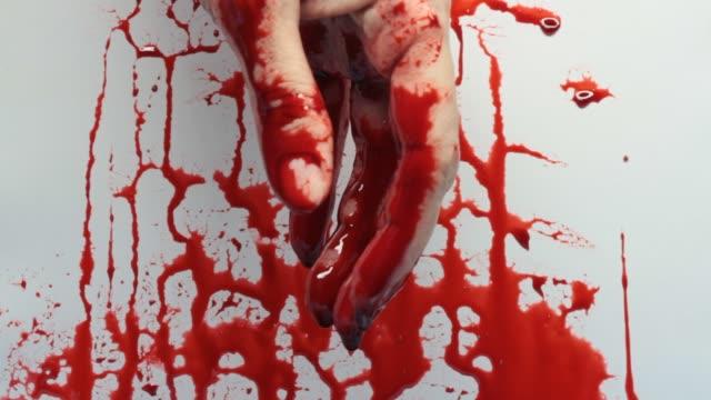 vídeos de stock e filmes b-roll de close-up video of bloody hand - hd format