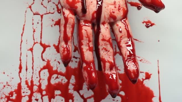 血まみれの手のクローズアップビデオ - 殺人点の映像素材/bロール