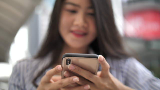 vídeos de stock e filmes b-roll de close-up video of businesswoman's hands surfing the internet with smart phone - mobile