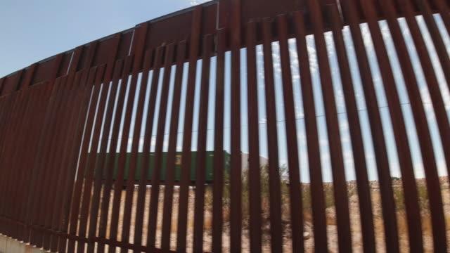 vidéos et rushes de vidéo de plan rapproché du mur frontalier international séparant sunland park, nouveau-mexique et port anapra, mexique - mur