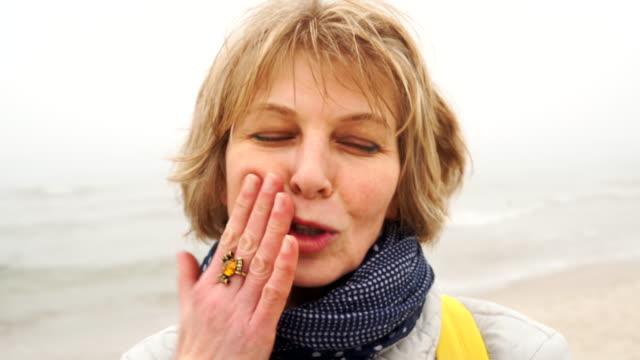 vídeos y material grabado en eventos de stock de closeup retrato video de la mujer hermosos 50 años con los sentimientos en el maquillaje de cara y funcionamiento. - 50 54 años
