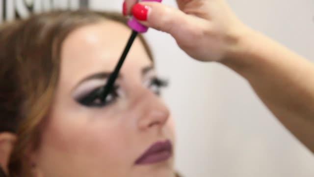 クローズ アップ ビュー美しい女性をメイクアップします。 - 若い女性だけ点の映像素材/bロール