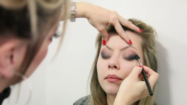 stockvideo's en b-roll-footage met close-up weergave mooie vrouw make-up - werkneemster