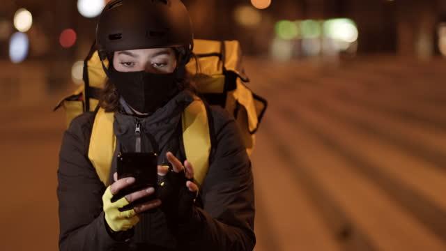 vídeos de stock e filmes b-roll de close-up view delivery biker with a covid protection mask - a caminho