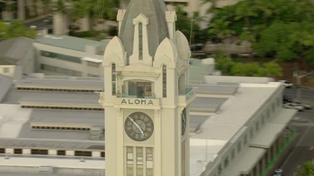 vídeos de stock e filmes b-roll de close-up view of aloha tower with clock in honolulu harbor in hawaii. - aloha