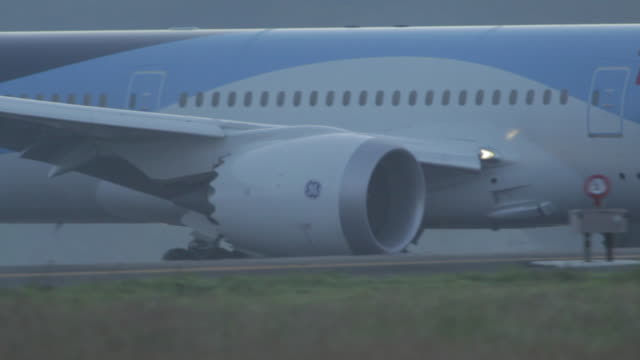 close-up view of general electric jet turbine of boeing 787 moving on air strip after landing at the phuket airport, thailand - general electric stock videos & royalty-free footage