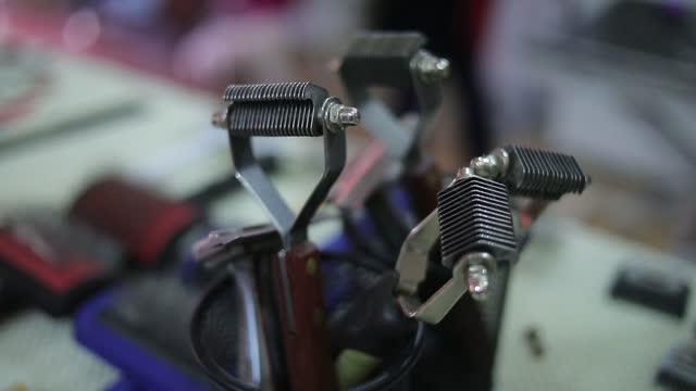 vista ravvicinata dell'attrezzatura toelettatrice - spazzola per capelli video stock e b–roll