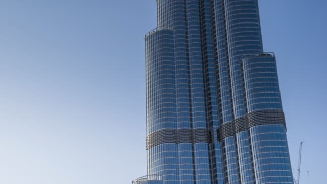 close-up view of landmark dubai burj khalifa tower daytime transition - 上部分点の映像素材/bロール