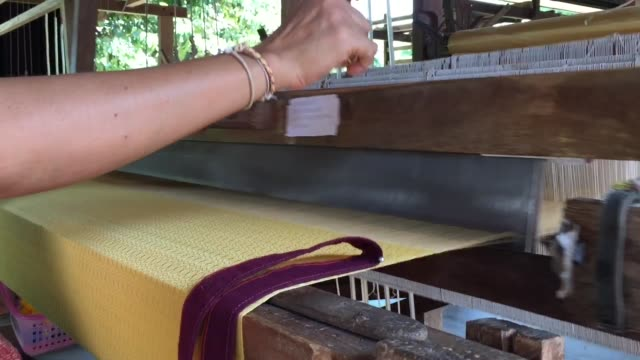 nahaufnahme des manuellen alten traditionellen holzwebstuhls handwerk - textilfabrik stock-videos und b-roll-filmmaterial