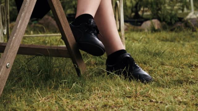 vidéos et rushes de vue rapprochée des chaussures noires femmes - se reposer