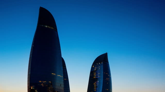 tl close-up view on the flame towers at night / azerbaijan, baku - baku video stock e b–roll