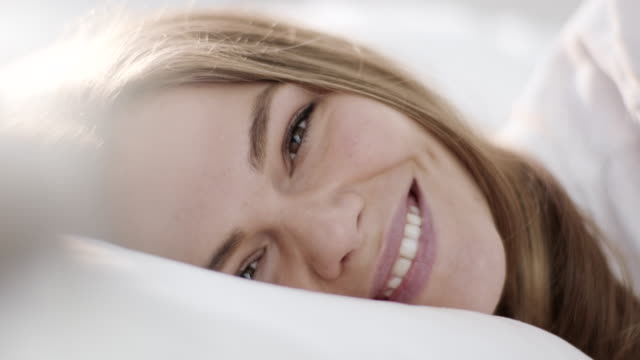 vídeos de stock e filmes b-roll de close-up, waking up with smile - cama