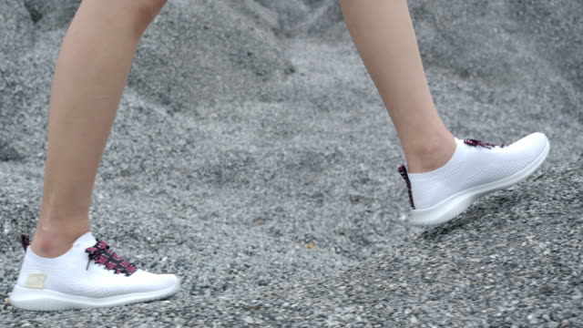 close-up white shoes walking on an adventure in the place of the rock grand canyon - zona pedonale strada transitabile video stock e b–roll