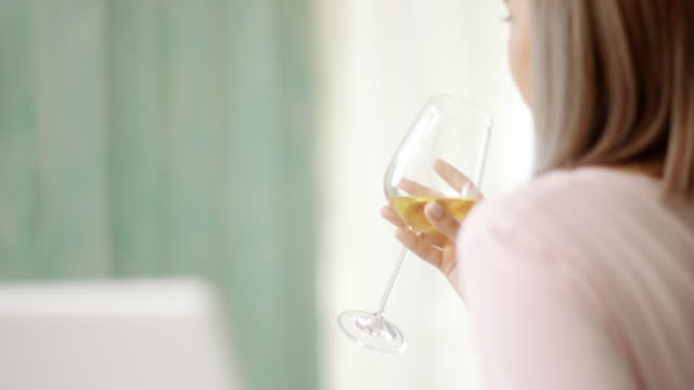 Nahaufnahme, Frau trinkt Weißwein