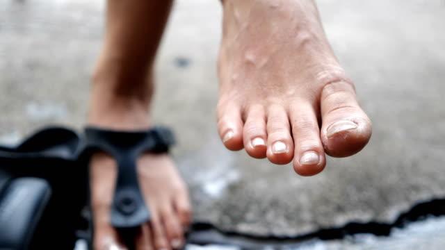 vídeos de stock e filmes b-roll de close-up woman feet. - andar em bico de pés