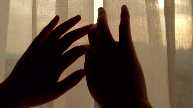 vídeos de stock e filmes b-roll de close-up woman hand open curtain - janela aberta