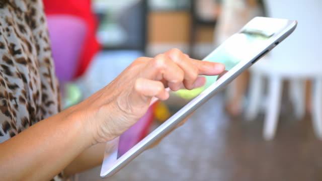 Close-up vrouw handen met behulp van digitale tablet computer ipad touchscreen