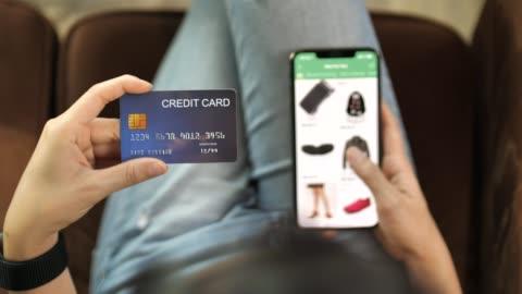 stockvideo's en b-roll-footage met close-up vrouw online winkelen op haar slimme telefoon met credit card - online winkelen