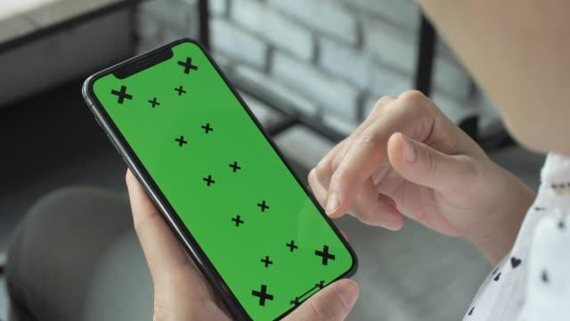 närbild kvinna som använder smart telefon grön skärm - mall bildbanksvideor och videomaterial från bakom kulisserna