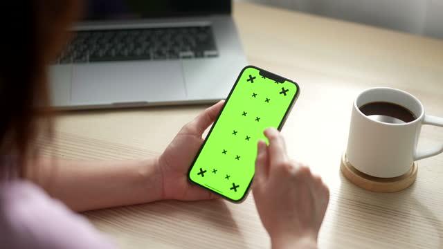 vídeos de stock, filmes e b-roll de close-up mulher usando telefone inteligente com tela verde - portable information device