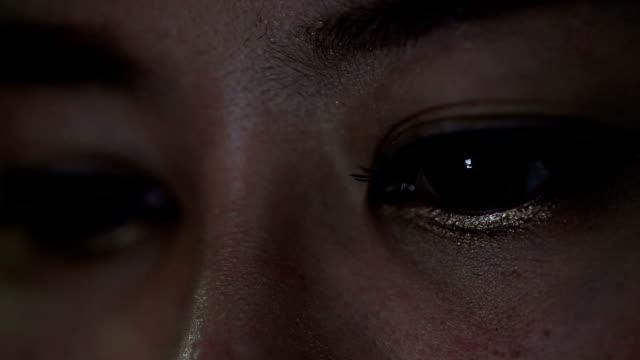 Gros plan femmes yeux réflexion à l'aide d'un téléphone portable