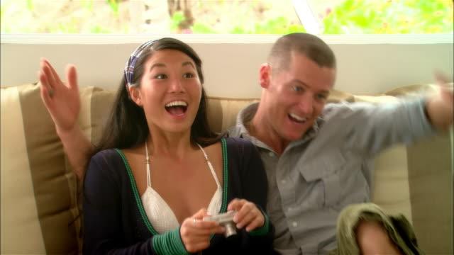 vídeos de stock, filmes e b-roll de close-up young couples greeting each other in hotel during vacation/ harbor island, bahamas - almofada