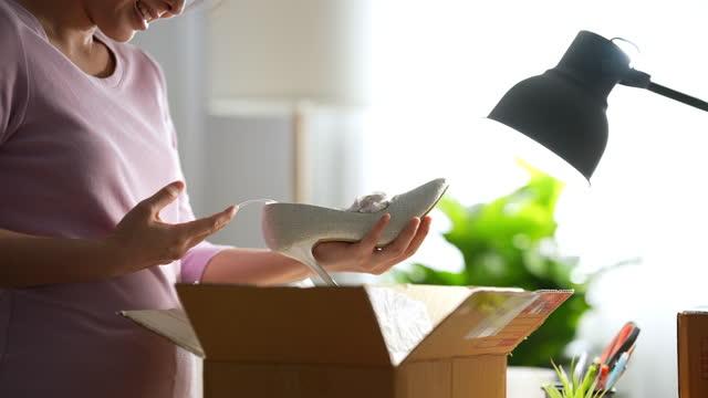 vídeos de stock e filmes b-roll de close-up young woman customer opening parcel box at home - domestic mailbox