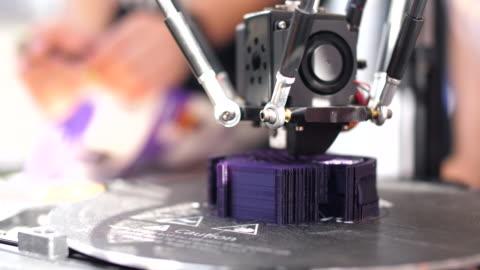 stockvideo's en b-roll-footage met sluiten-omhoog: 3d printen-object - merchandise