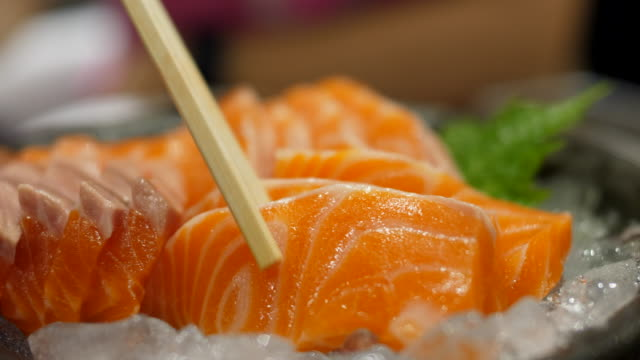 close-up:fresh salmon sashimi - sushi video stock e b–roll
