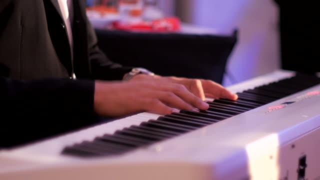 vídeos de stock, filmes e b-roll de close-up :  homem toca o piano acorde - chord