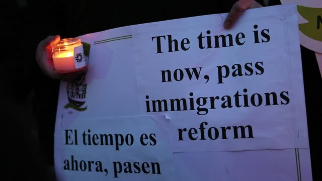 close-ups of candles and signs, while immigrants from colombia and ecuador representing members of new yorkers for real immigration reform gather to... - darstellen stock-videos und b-roll-filmmaterial