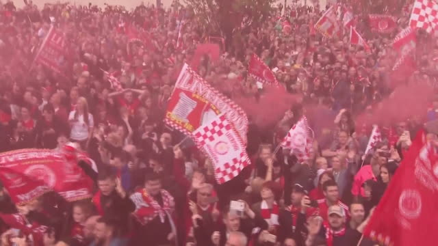 closeups of liverpool fans who hav gathered for the 2018/19 champions league victory parade on 2nd june 2019 in liverpool england - liverpool england stock videos & royalty-free footage