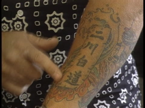 vidéos et rushes de closeups of tattoos on arms and legs. there is an opening closeup shot on a tattoo of a picture on a forearm. there is a slight zoom in on the... - tatouage