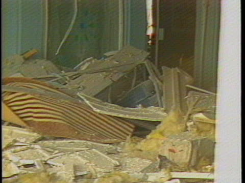 vidéos et rushes de close-ups of the damages and debris that remain after u.s. airstrikes bomb the building which housed colonel muammar qaddafi's official office in... - bombardement