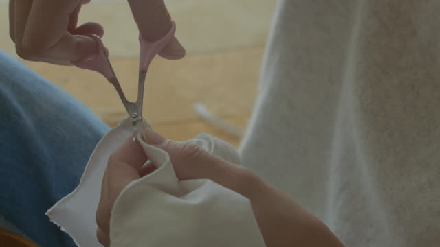 close-up,woman sewing in her room. - 裁縫点の映像素材/bロール