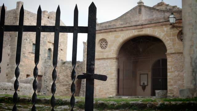 vídeos de stock, filmes e b-roll de fechar uma porta em um antigo monastério - portão