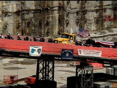 closing ceremony at ground zero may 30 2002 vs flatbed truck transporting final beam of wtc out of ground zero wrapped in american flag - attentati terroristici dell'11 settembre 2001 video stock e b–roll