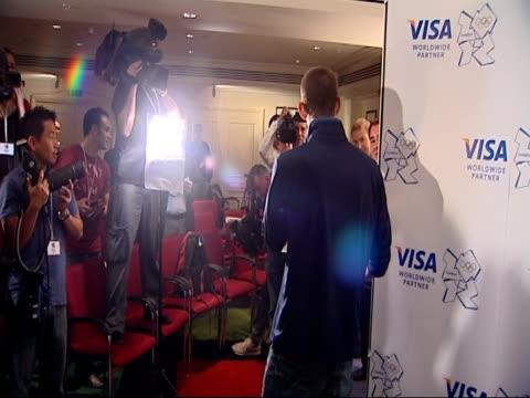 vídeos y material grabado en eventos de stock de closing ceremony / handover to london: michael phelps press conference and interviews; england: london: int **beware flash photography** michael... - primer puesto
