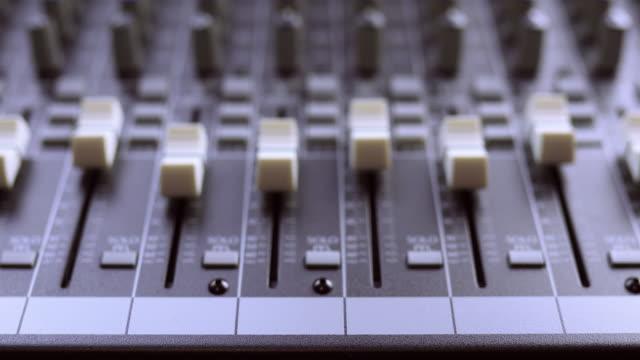 vidéos et rushes de fermeture dans le conseil d'administration de mixage audio - matériel hi fi