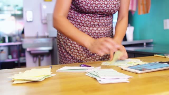 vidéos et rushes de fermeture restaurant - facture