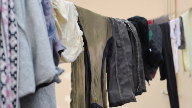 wäscherei im haus - seide stock-videos und b-roll-filmmaterial